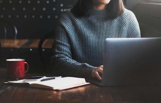 Concept de mode de vie de belle femme home office Photo Premium