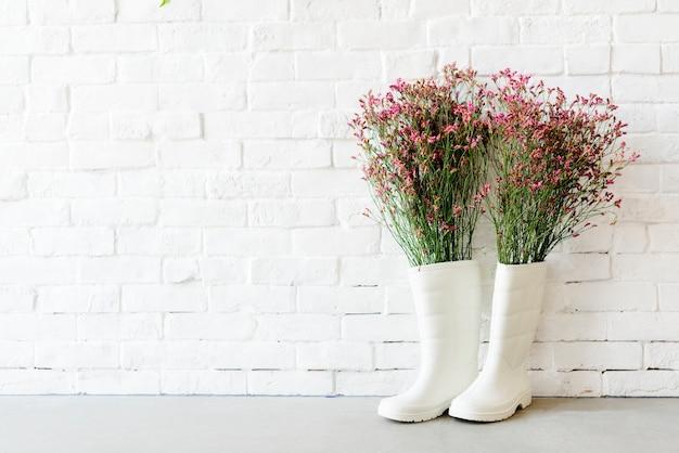 Concept de mur de bottes jardin blanc Photo gratuit