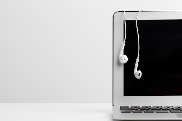 Concept De Musique Avec Un Casque Sur Un Ordinateur Portable Photo Premium