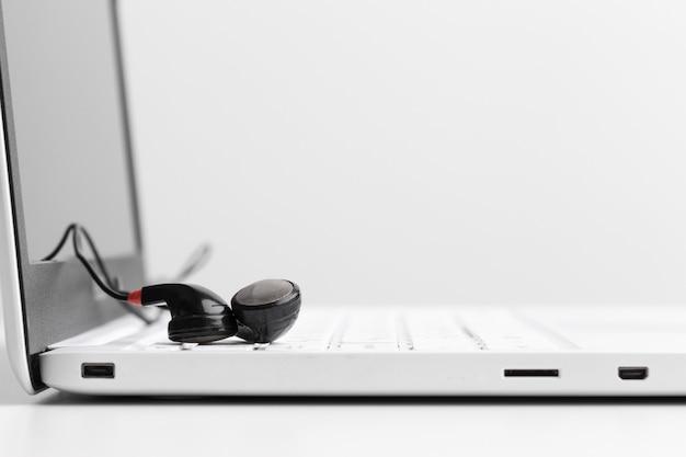 Concept de musique - casque sur ordinateur portable Photo Premium