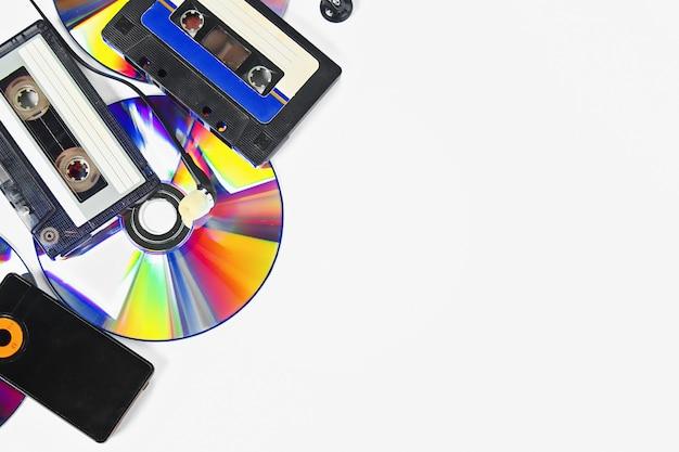 Le concept de musique d'évolution. cassette, cd-disque, lecteur mp3. vintage et modernité. soutien de la musique. Photo Premium