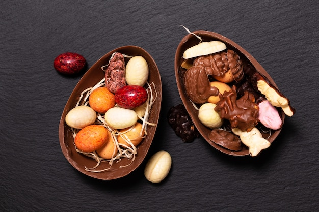 Concept de nourriture de vacances bonbons colorés et œufs de pâques au chocolat avec espace de copie Photo Premium
