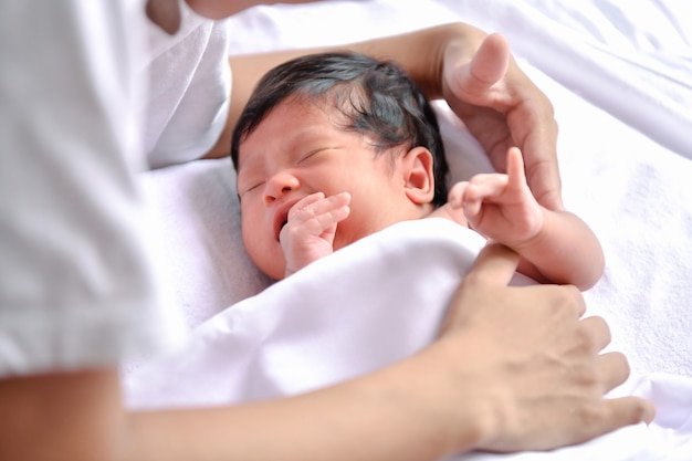 Concept nouveau-né. les nouveau-nés dorment dans un lit. le bébé est dans la chambre blanche. Photo Premium