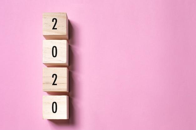 Concept De Nouvel An Avec Texte 2020 Sur La Forme Du Cube De Bois, Espace Copie Photo Premium