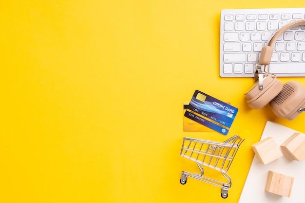 Concept de paiement en ligne avec vue de dessus de panier d'achat et fond jaune Photo Premium