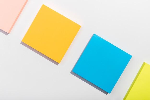 Concept de papeterie avec notes autocollantes Photo gratuit