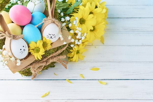 Concept De Pâques. Oeufs Dans Un Panier Décoré De Fleurs, Espace Copie Photo Premium
