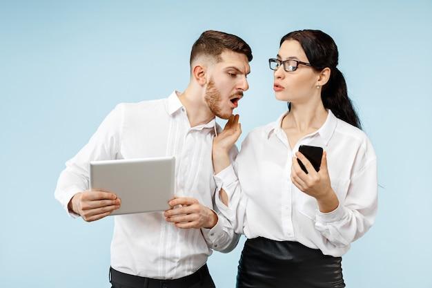 Concept De Partenariat En Entreprise. Jeune Homme Et Femme émotionnelle Contre Le Mur Bleu à. Concept D'émotions Humaines Et De Partenariat Photo gratuit