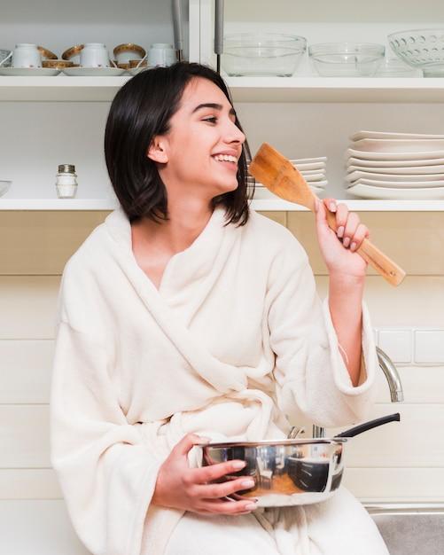 Concept de petit déjeuner avec femme heureuse Photo gratuit