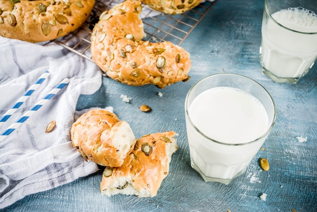 Concept de petit-déjeuner sain, bagels de céréales faits maison avec verre de lait Photo Premium