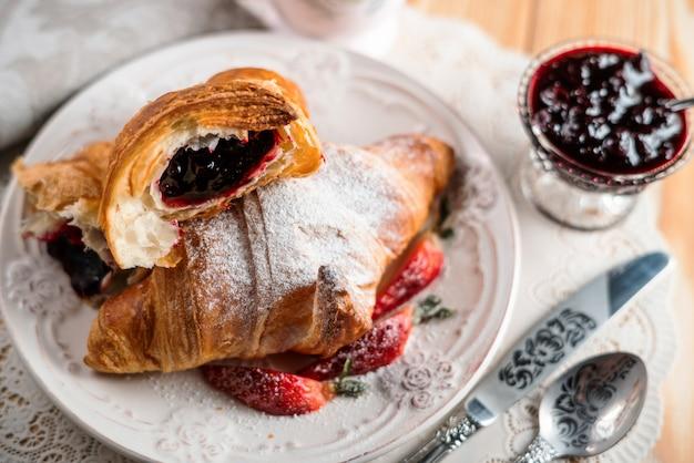 Concept De Petit Déjeuner Avec Tasse De Café, Croissants, Crème Et Baies Fraîches. Photo Premium