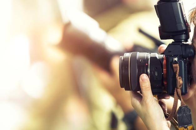 Concept De Photographie. Photographe En Plein Air Avec Un Arrière-plan Flou. Photo Premium