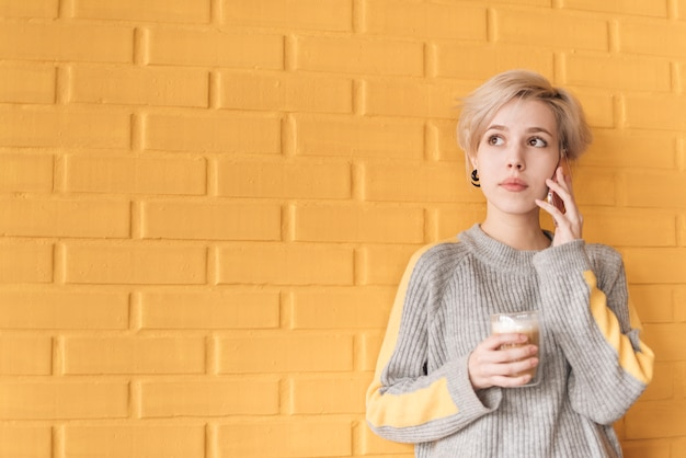 Concept de pigiste avec une femme appelant devant le mur Photo gratuit