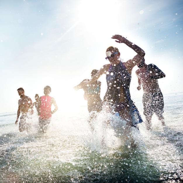 Concept de plage diversifiée pour les jeunes Photo gratuit