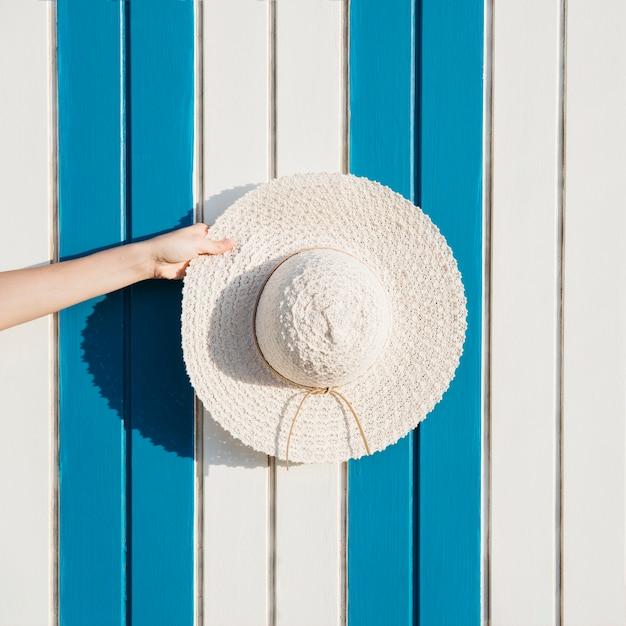 Concept de plage et d'été avec chapeau Photo gratuit