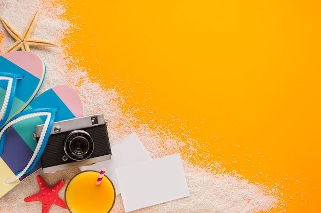 Concept de plage plate avec cartes postales Photo gratuit