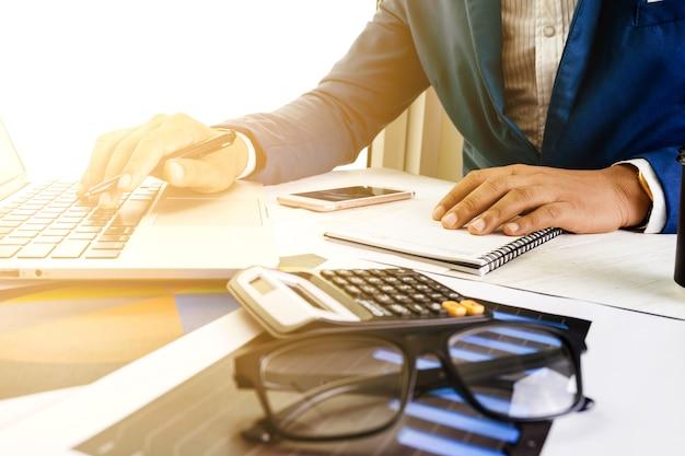 Concept De Plan De Comptabilité D'entreprise, Travailler Sur Un Ordinateur Portable Avec Une Calculatrice Pour Faire Des Affaires, Photo Premium