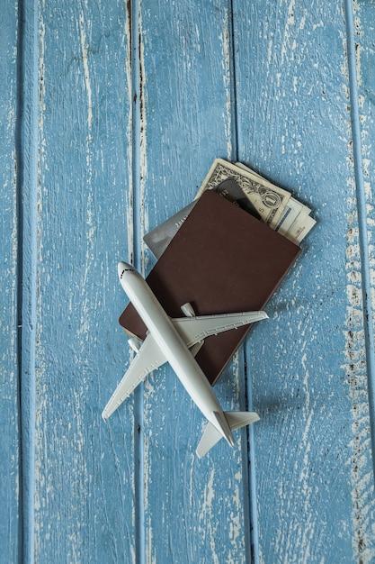 Concept de planification de voyage touristique sur bois avec passeport, avion, concept de voyage Photo Premium