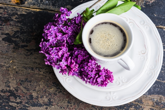 Concept de printemps avec des fleurs lilas Photo Premium