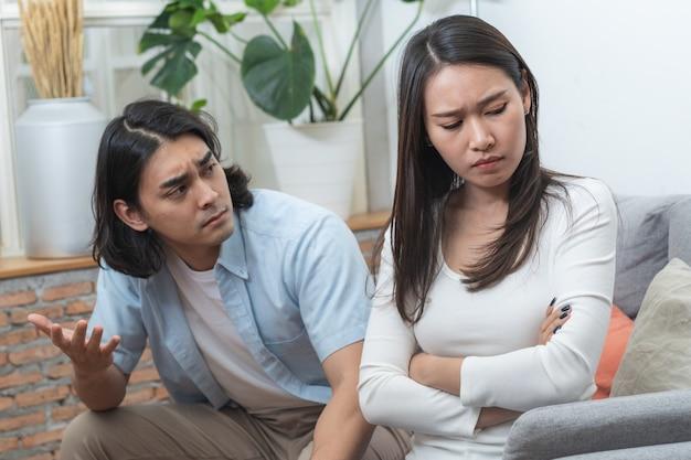 Concept de problème d'amour. couple asiatique ayant querelle à la maison. Photo Premium