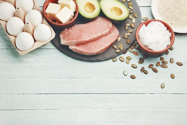 Concept de régime cétogène, aliments diététiques sur table lumineuse Photo Premium
