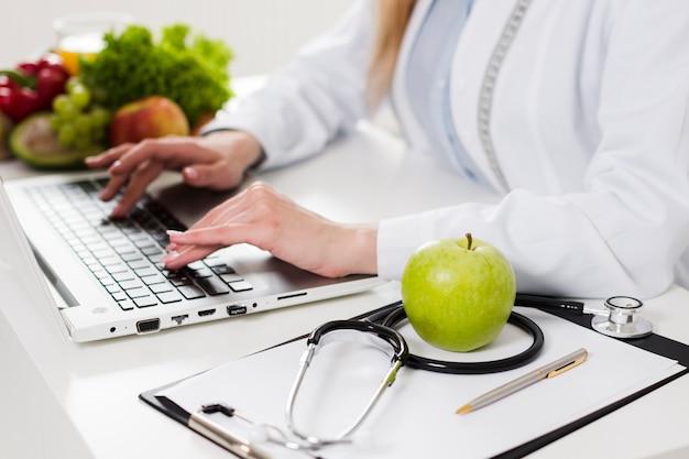 Concept de régime avec femme scientifique et une alimentation saine Photo gratuit