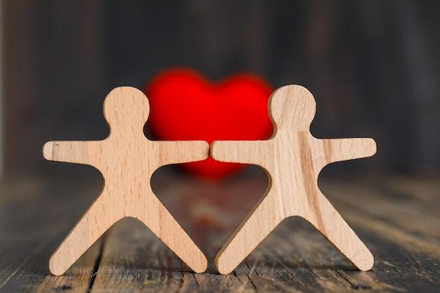 Concept De Relation Avec Coeur Rouge, Figures Humaines En Bois Sur Vue De Côté De Table En Bois. Photo gratuit