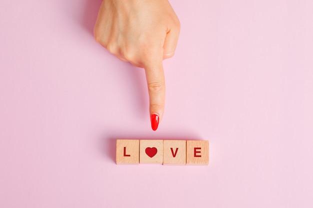 Concept De Relation à Plat. Doigt Montrant Des Cubes De Lettre En Bois. Photo gratuit