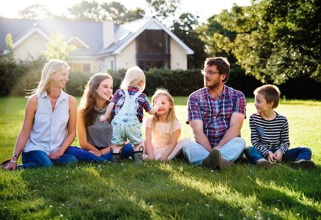 Concept de relaxation du regroupement familial Photo Premium