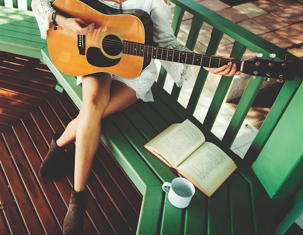 Concept de relaxation femme guitare hippie Photo Premium