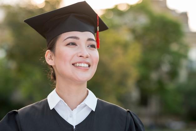Concept de remise des diplômes avec portrait de fille heureuse Photo gratuit