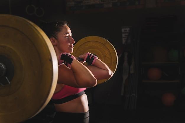 Concept de remise en forme avec femme faisant de l'haltérophilie Photo gratuit