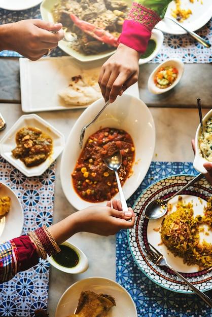 Concept de repas décontracté de la race indienne Photo gratuit