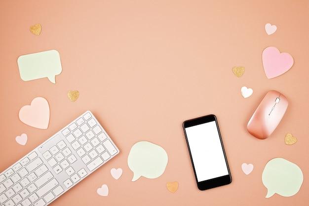 Concept de réseaux sociaux avec clavier, téléphone, souris Photo Premium
