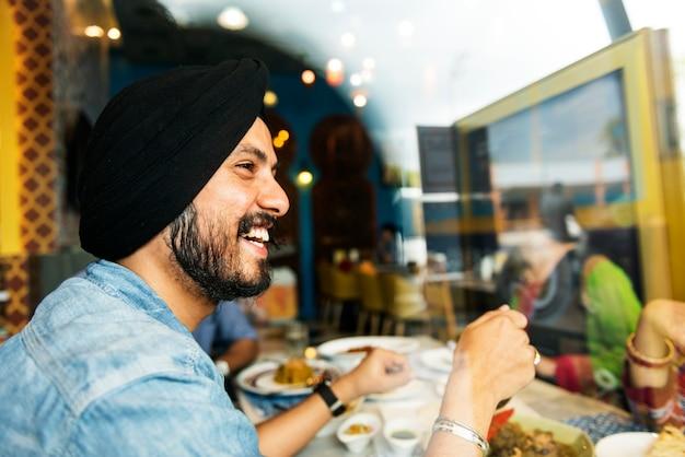 Concept de restaurant souriant indien Photo gratuit