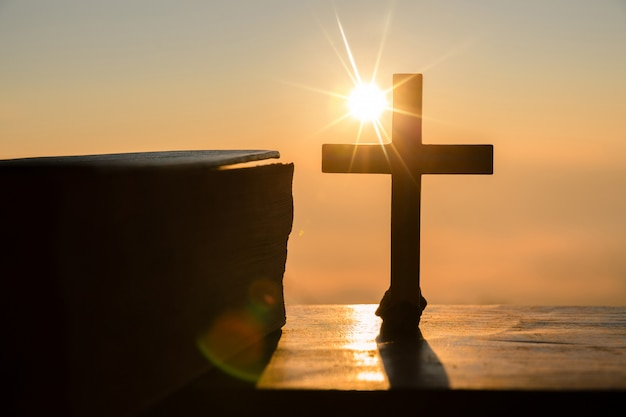 Concept de la résurrection de jésus-christ: silhouette de croix sur fond de lever de soleil de colline Photo gratuit