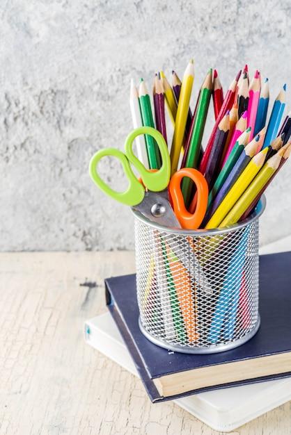 Concept de retour à l'école avec des crayons, des fournitures scolaires et des livres Photo Premium