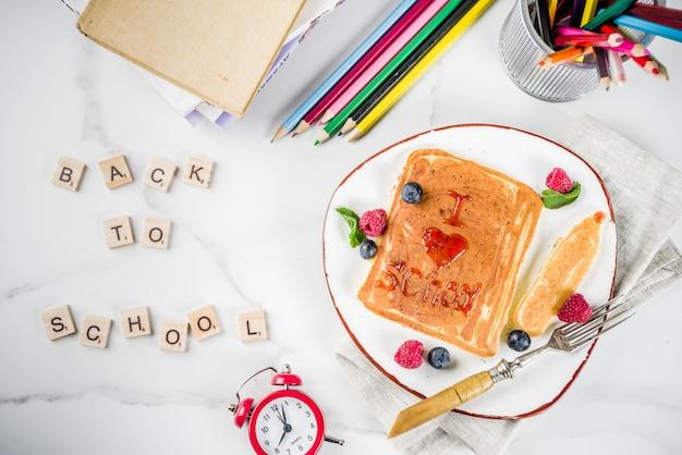 Concept de retour à l'école, crêpes au petit déjeuner Photo Premium