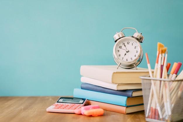 Concept De Retour à L'école Avec Pile De Livres Photo Premium