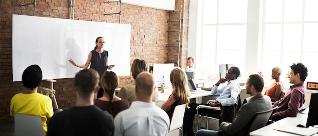 Concept de réunion d'écoute de formation d'équipe commerciale Photo Premium