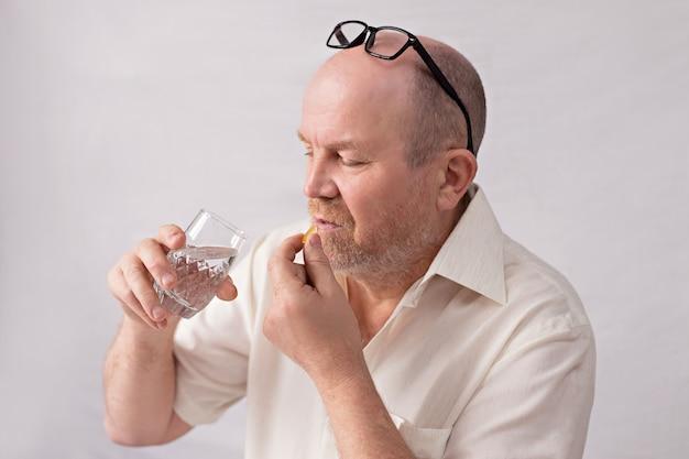 Concept De Risque De Coronavirus Pour Les Personnes âgées. Un Homme Prend Des Médicaments. Photo Premium