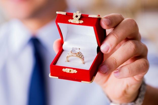 Concept romantique avec homme faisant la demande en mariage Photo Premium