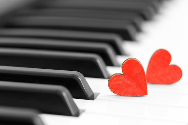Concept romantique avec piano et coeurs Photo Premium
