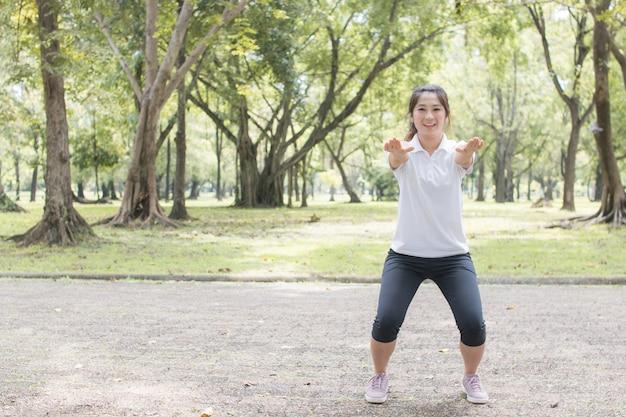 Concept sain fort, les femmes exercent dans le parc Photo Premium