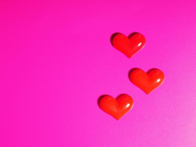 Concept De La Saint-valentin, Coeur Argent Et Rouge Sur Fond Rose, Carte De Voeux. Photo Premium