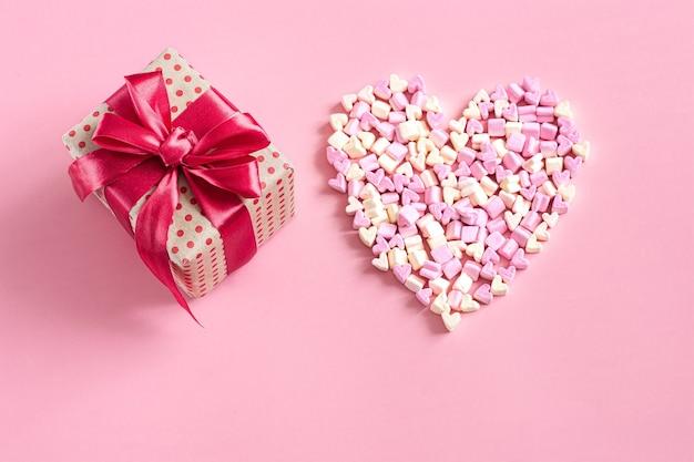 Le Concept De La Saint-valentin. Coffret Cadeau Avec Noeud Rouge Sur Mur Rose. Photo gratuit