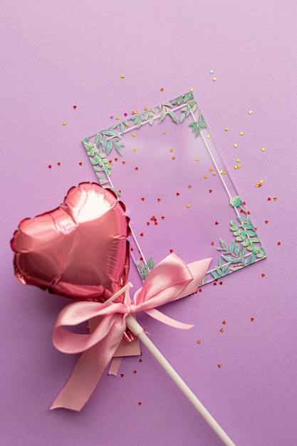 Concept De La Saint-valentin. Mise En Page Créative Avec Ballon En Coeurs De La Saint-valentin Avec Noeud De Ruban Rose Photo Premium