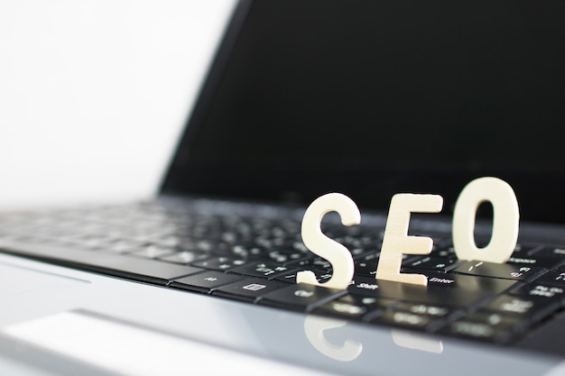 Concept de search engine optimization, bois de seo sur ordinateur portable Photo Premium