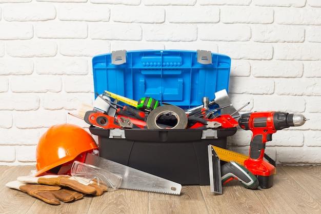 Concept de service d'assistance, boîte à outils avec outils Photo Premium