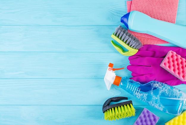 Concept de service de nettoyage. kit de nettoyage coloré pour différentes surfaces de cuisine, salle de bain et autres pièces. vue de dessus pour le fond Photo Premium